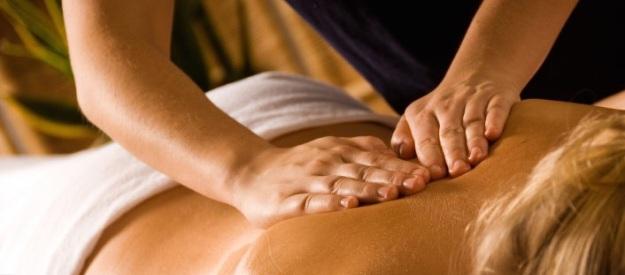 Bild på händer som masserar rygg